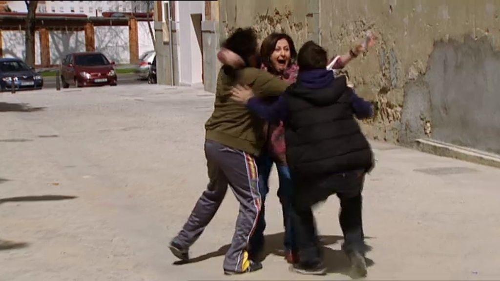 Aída abraza de nuevo a su familia