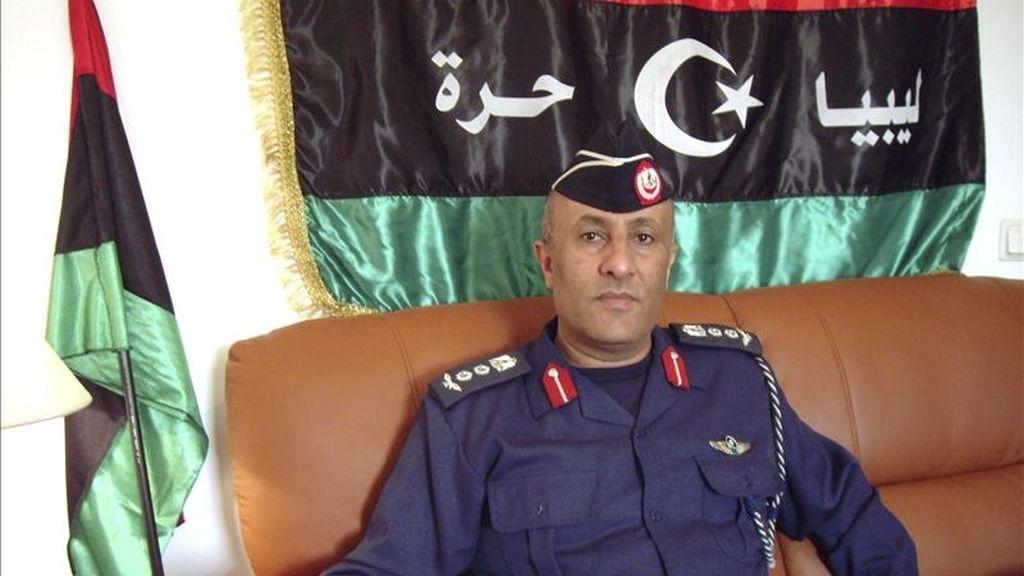 El portavoz del Ejército rebelde del este de Libia, Ahmed Omar Bany, durante la entrevista concedida hoy a Efe, en la que valoró favorablemente las operaciones actuales de la OTAN y aseguró a EFE que esa actuación marcará a partir de ahora la diferencia en el conflicto libio, especialmente en Trípoli. EFE
