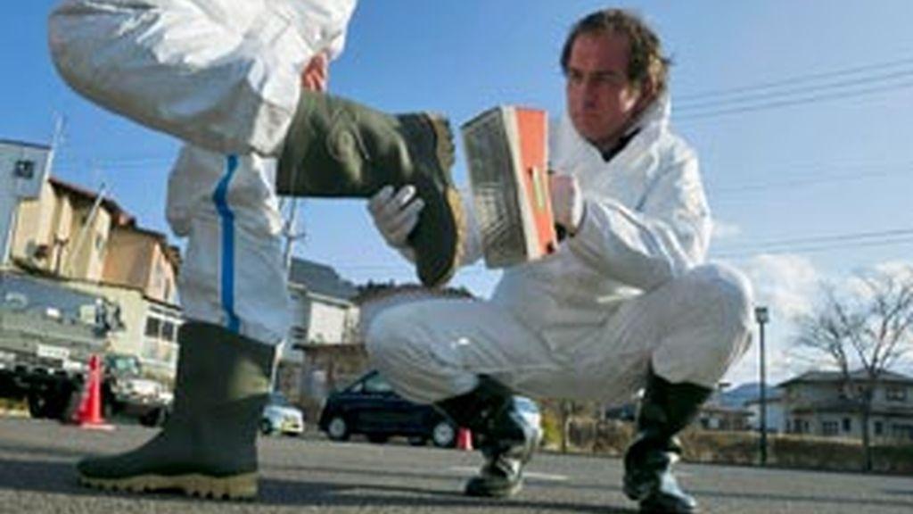 Trabajadores de Fukushima revisan niveles de radioactividad. Foto. EFE / Archivo
