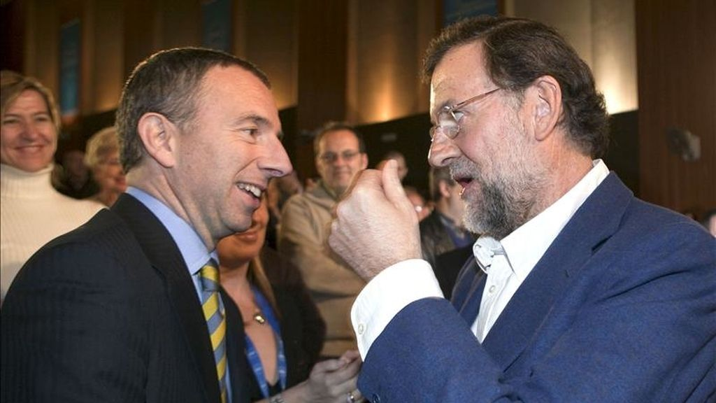 El presidente del Partido Popular, Mariano Rajoy (d) saluda al alcalde de Calviá, Carlos Delgado. EFE/Archivo