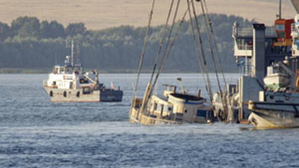 Los servicios de emergencias trabajando en el rescate de pasajeros del barco hundido FOTO: REUTERS/archivo