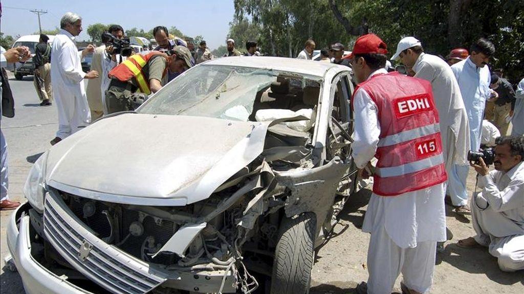 Miembros de las fuerzas de seguridad de Pakistán inspeccionan un vehículo tras un atentado con bomba en Peshawar, capital de la conflictiva provincia de Khyber Pakhtunkhwa (Pakistán), el domingo 8 de mayo. EFE