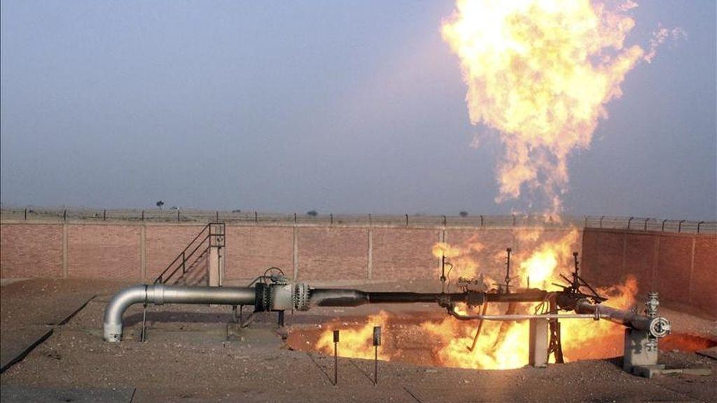 Las llamas se asoman por el boquete causado por la fuerte explosión registrada en el principal gasoducto de Egipto, utilizado para exportar gas a otros países de la zona y situado al sur de la ciudad de Al Arish, en la península del Sinaí (Egipto), hoy, miércoles 27 de abril de 2011. EFE