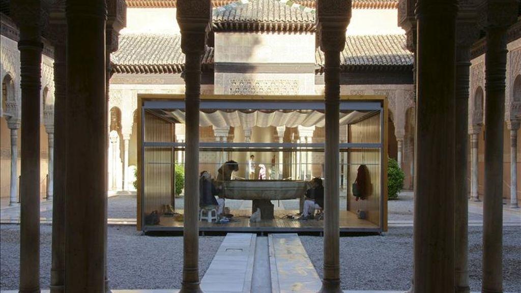 La intervención arqueológica llevada a cabo en el Patio de los Leones de la Alhambra para renovar su sistema hidráulico ha dejado al descubierto una canalización de agua que en su momento fue una de las arterias principales de la acequia real, la más importante fuente de abastecimiento del monumento. EFE/Archivo