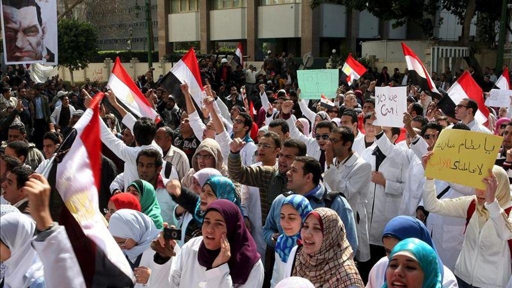 Estudiantes de medicina y médicos egipcios marchan hoy hacia la plaza Tahrir para unirse a los manifestantes opositores al gobierno en El Cairo (Egipto). EFE