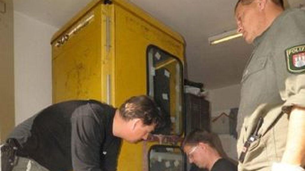 La cabina telefónica modificada por el sádico que encerró a una joven a la que le presentaron unos amigos.