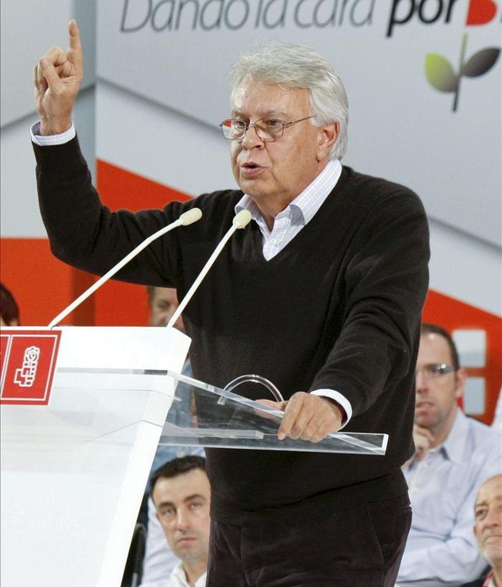 El expresidente del Gobierno, Felipe González, durante su intervención en el acto de campaña electoral que ha celebrado el PSE-EE esta mañana en Barakaldo (Vizcaya). EFE