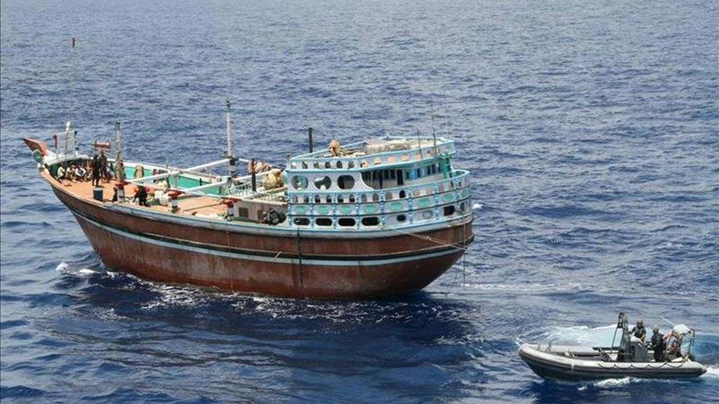 """Fotografía facilitada por el Ministerio de Defensa del pesquero de bandera iraní secuestrado desde hace cinco meses por piratas en el Índico que es liberado hoy por la fragata Canarias que participa en la operación """"Atalanta"""" de la Unión Europea (UE) contra la piratería en el Índico.  efe"""