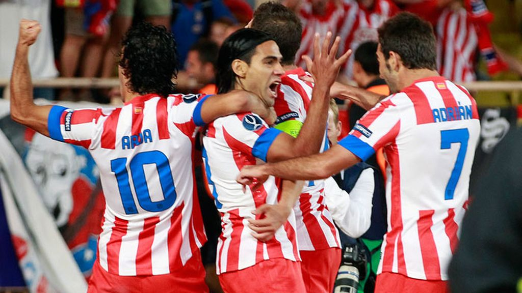 El delantero colombiano del Atlético de Madrid, Radamel Falcao, celebra con sus compañeros el gol conseguido ante el Chelsea