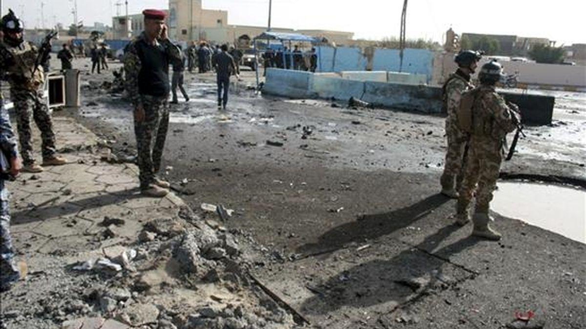 Efectivos de la Policía iraquí vigilan el lugar de un atentado terrorista en la ciudad de Ramadi, a 110 kilómetros al oeste de Bagdad, Irak, el pasado 12 de diciembre. EFE/Archivo