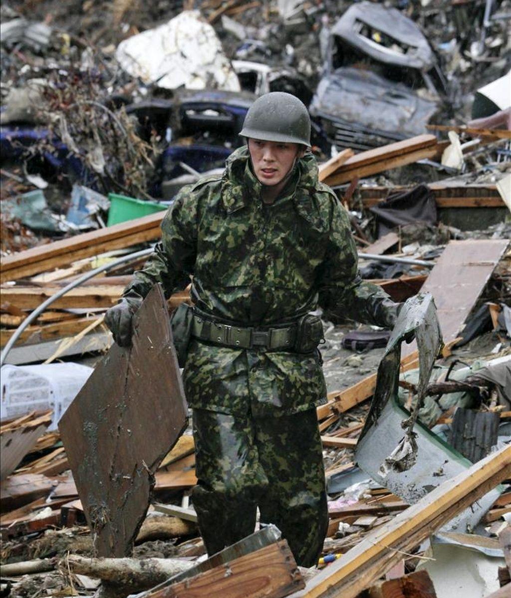Un soldado japonés remueve escombros en la localidad de Minamisanriku, prefectura de Miyagi. EFE
