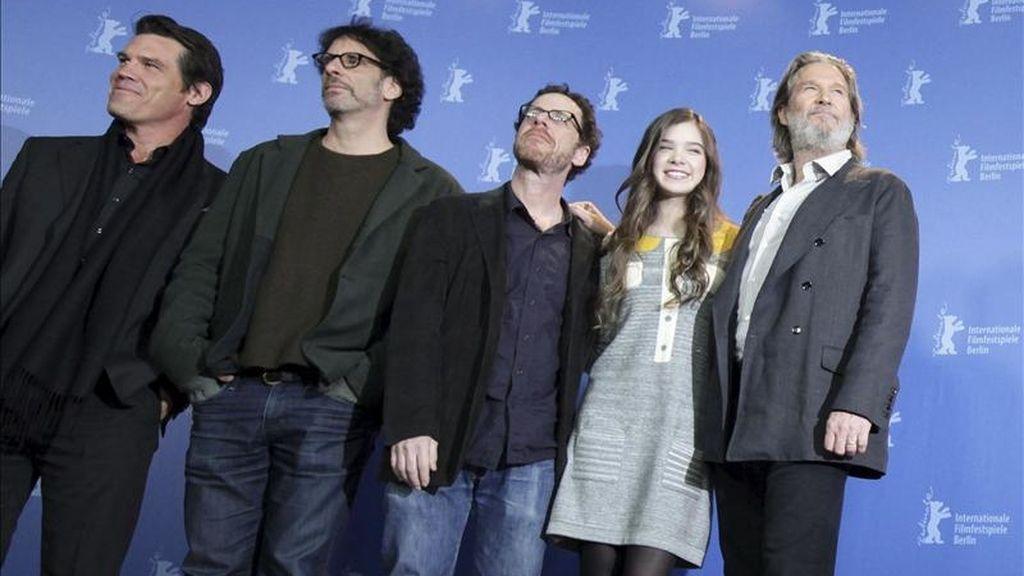"""De izquierda a derecha, el actor estadounidense Josh Brolin, los directores Joel y Ethan Coen, la actriz Hailee Steinfeld y el actor Jeff Bridges posan durante el pase gráfico de su película """"True grit"""", en la 61ª edición de la Berlinale. EFE"""