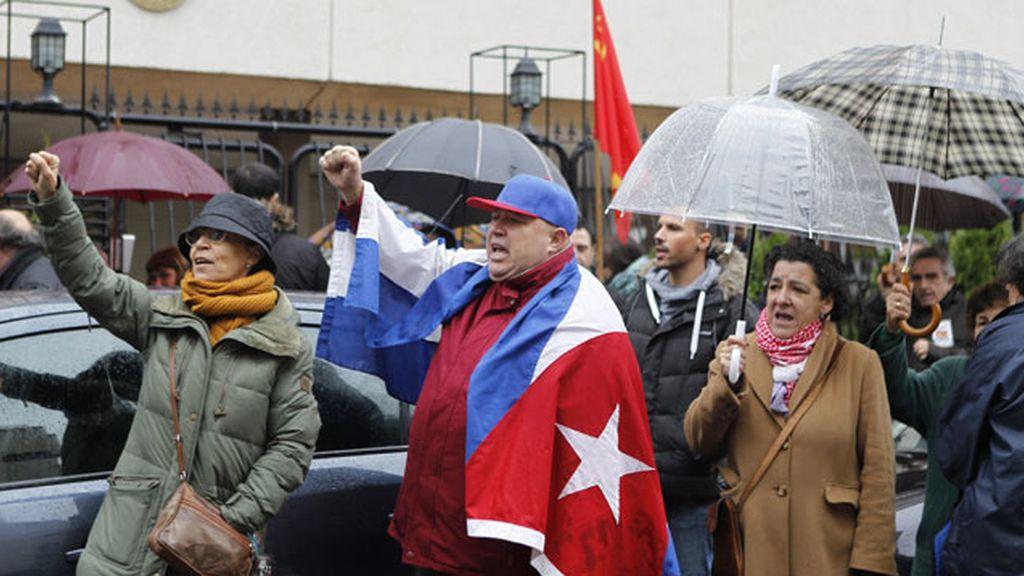Confrontación de una Cuba que brinda y otra que llora ante su embajada en Madrid