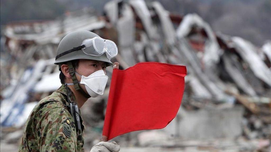 Un soldado dirige el tráfico durante el retiro de escombros en la devastada ciudad de Otsuchi, prefectura de Iwate, al noreste de Japón, en una operación de limpieza. EFE