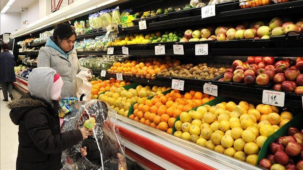 Una mujer compra en un supermercado. EFE/Archivo