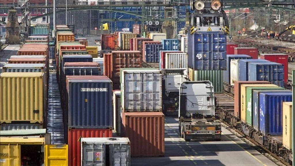 En la imagen, varios contenedores en la estación de transbordadores de Fráncfort, Alemania. EFE/Archivo