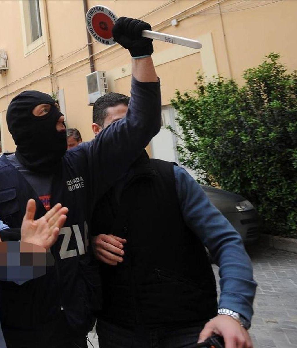 Policías italianos en un operativo antimafia llevado a cabo ayer en Caserta. EFE