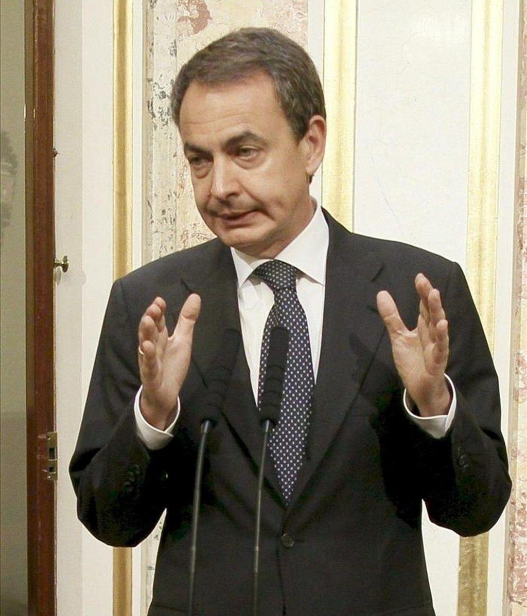 El presidente del Gobierno, José Luis Rodríguez Zapatero, durante la comparecencia que realizó ante los periodistas en el Congreso de los Diputados para enviar un mensaje de calma a la población de Lorca tras el terremoto que afectó ayer a la ciudad. EFE