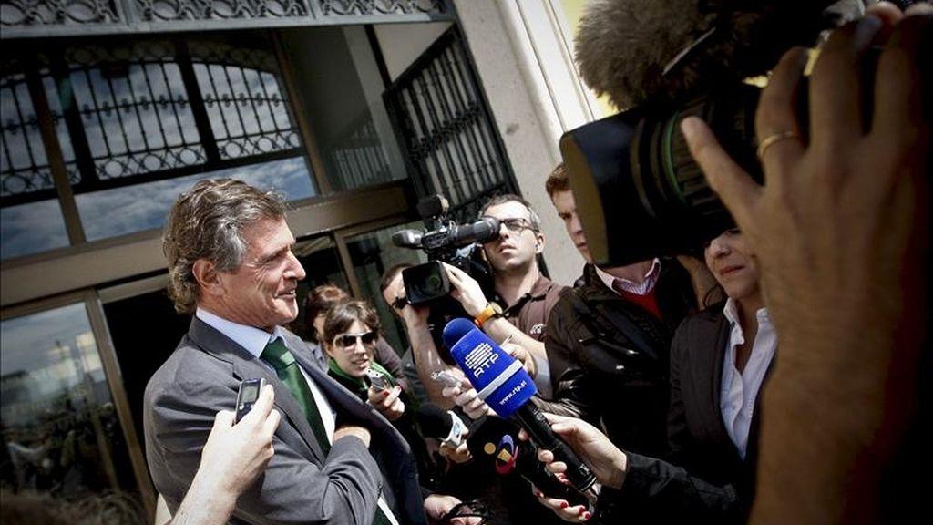 El presidente de la Confederación Portuguesa de Turismo, Carlos Pinto Coelho, hablando con la prensa tras la reunión con los representantes del Fondo Monetario Internacional (FMI), la Comisión Europea y el Banco Central Europeo, en el ministerio de Finanzas hoy en Lisboa. EFE