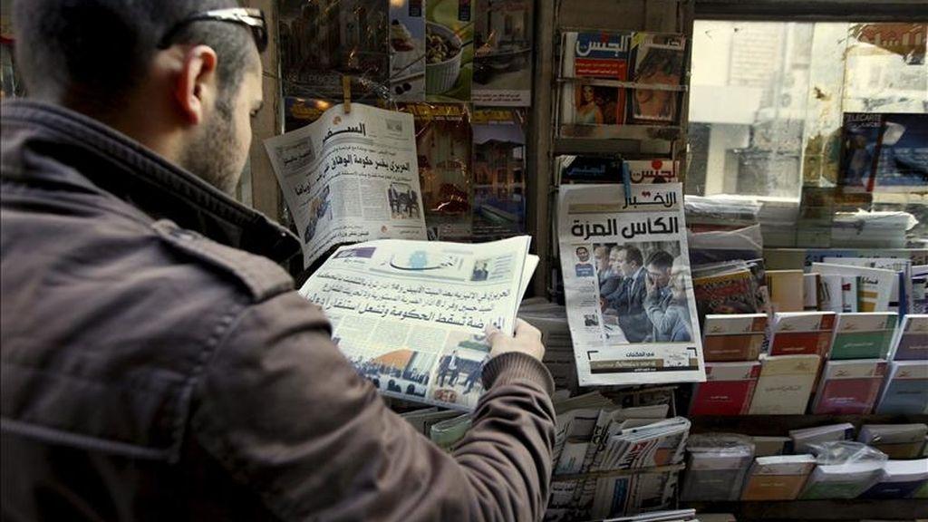 Un hombre lee un periódico en la calle Hamra en el Líbano, hoy, jueves 13 de enero de 2011. El secretario general de la Liga Árabe, Amr Moussa, llamó a la calma en el país por la nueva crisis originada en el Líbano, tras la dimisión de 11 ministros, en su mayoría de la oposición, en un comunicado oficial. El presidente libanés, Michel Suleiman, instó hoy al Gobierno a continuar con las cuestiones ordinarias mientras se forma un nuevo Gabinete. EFE