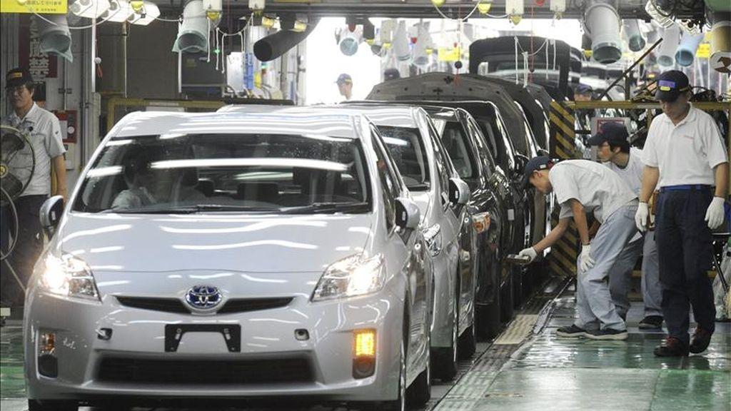 En la imagen, trabajadores inspeccionando la tercera generación de coches híbridos en la cadena de montaje en la planta de Tsutsumi de Toyota Motor en Toyota City en la provincia de Aichi (Japón). EFE/Archivo