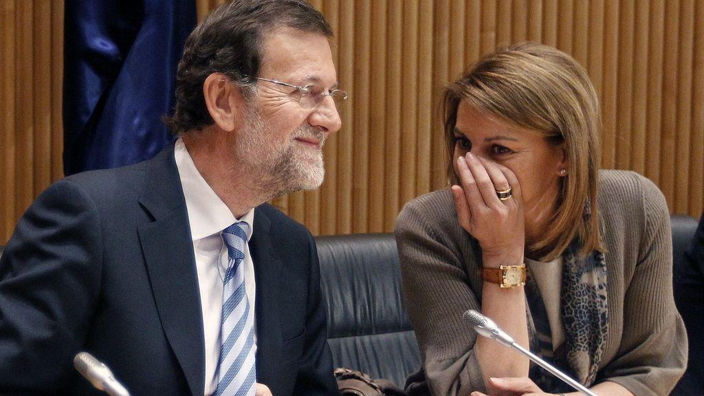 El presidente del Partido Popular y presidente del Gobierno, Mariano Rajoy, junto a la secretaria general del PP, María Dolores de Cospedal, durante la reunión del grupo parlamentario de esta formación política en el Congreso de los Diputados
