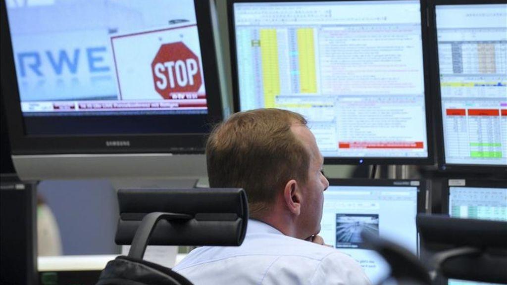 Un agente de bolsa analiza información de los monitores en la sede de la Bolsa de Fráncfort. EFE/Archivo