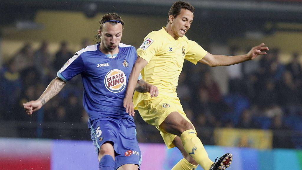 Alexis Ruano pelea un balón con el delantero brasileño del Villarreal, Nilmar Honorato