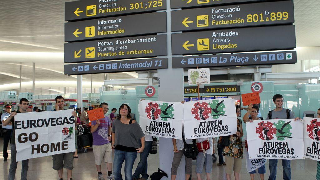40 personas se concentran en el aeropuerto de El Prat por la llegada del equipo de Adelson