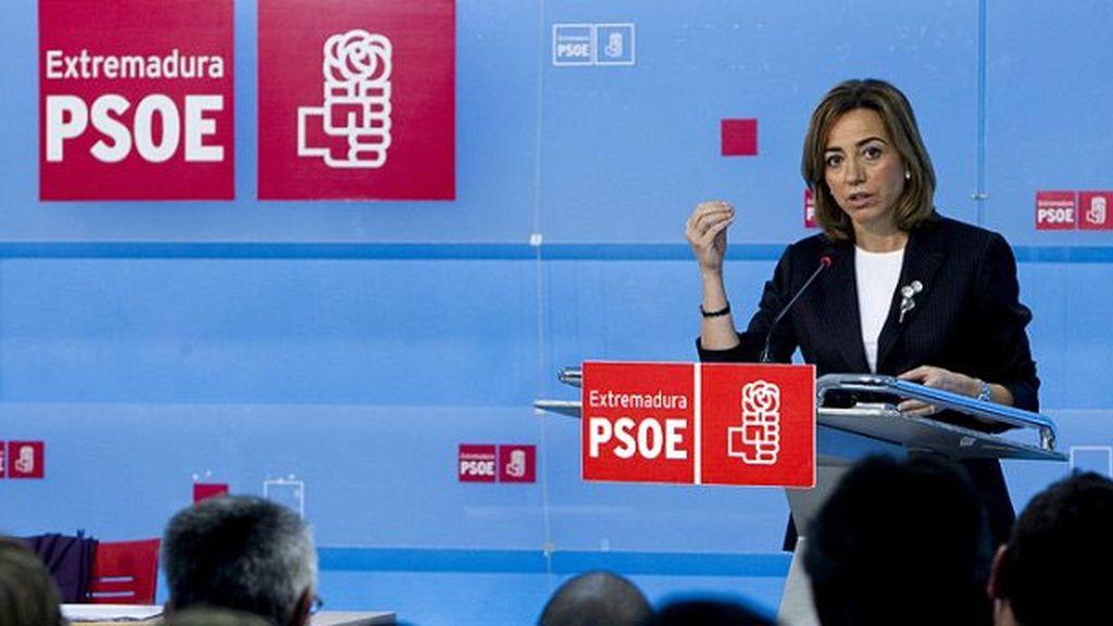 """La exministra de Defensa, Carme Chacón, durante la presentación a los militantes extremeños del documento """"Mucho PSOE por hacer""""."""