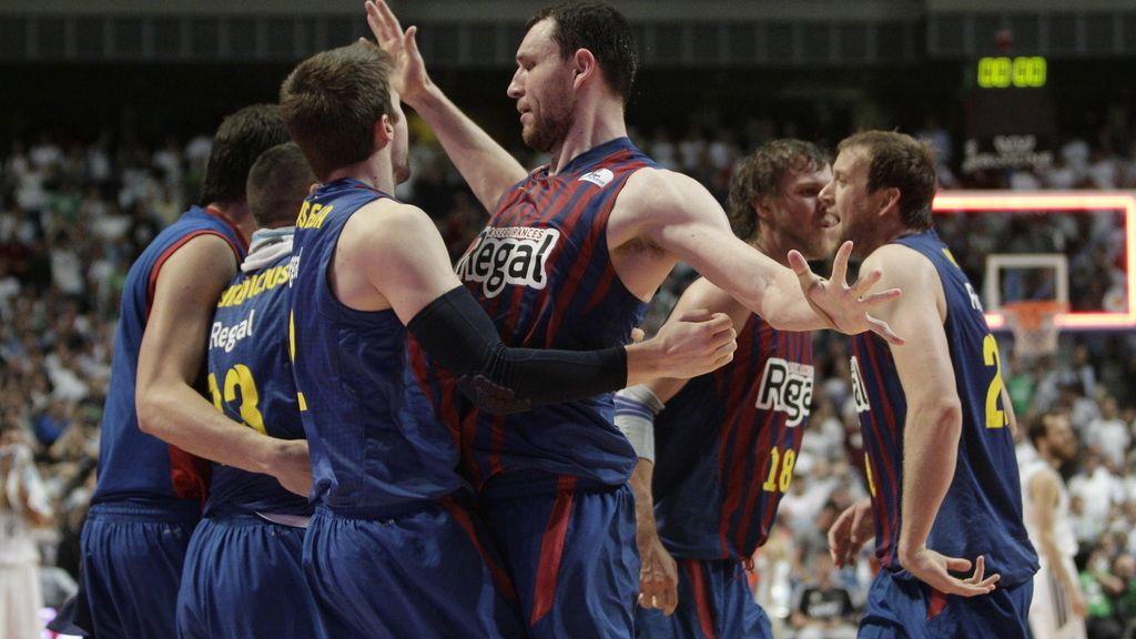 Los jugadores del FC Barcelona Regal celebran la victoria sobre el Real Madrid al finalizar el segundo partido de la final de la Liga ACB