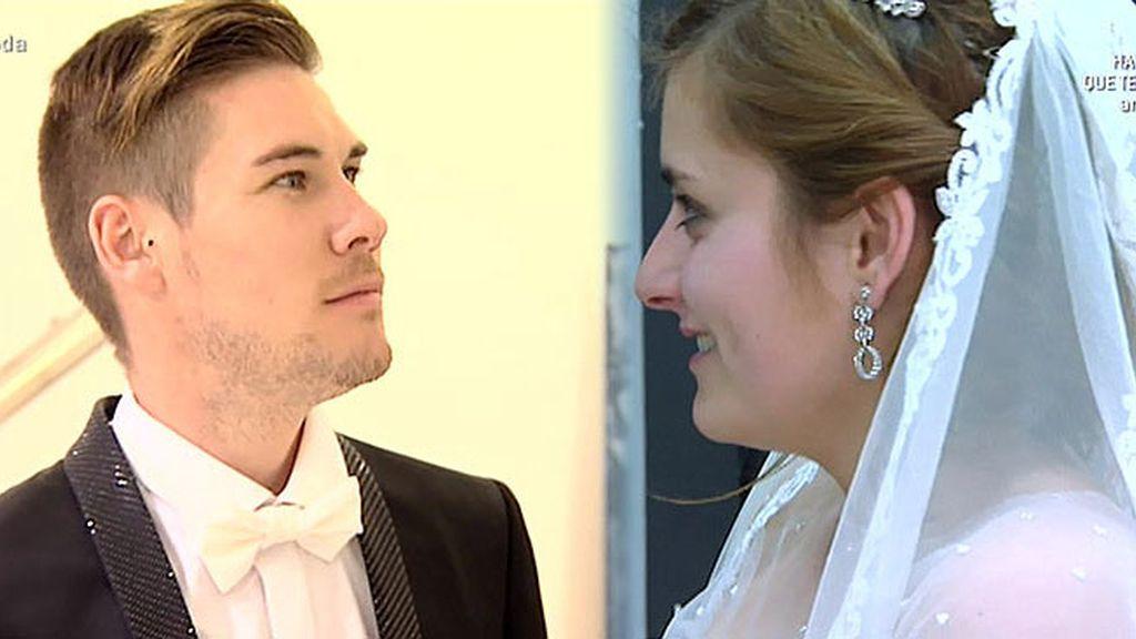 Antonio y María, junto a su wedding planner, buscan traje para su gran día