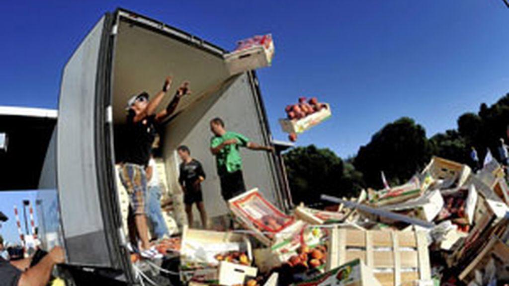 Agricultores franceses lanzan vegetales y frutas españoles de los camiones estacionados en Gallargues le Montueux, cerca de Nimes en Francia FOTO: EFE