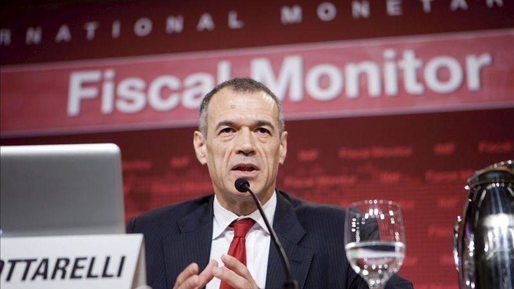 Imagen facilitada por el Fondo Monetario Internacional, que muestra a Carlos Cottarelli, director del Departamento de Asuntos Fiscales del FMI, durante una rueda de prensa en la sede del FMI en Washington, Estados Unidos. EFE