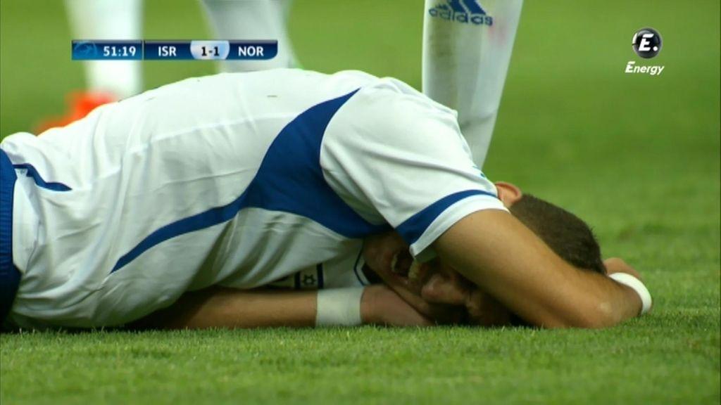 Un jugador de Israel se lamenta tras un golpe.