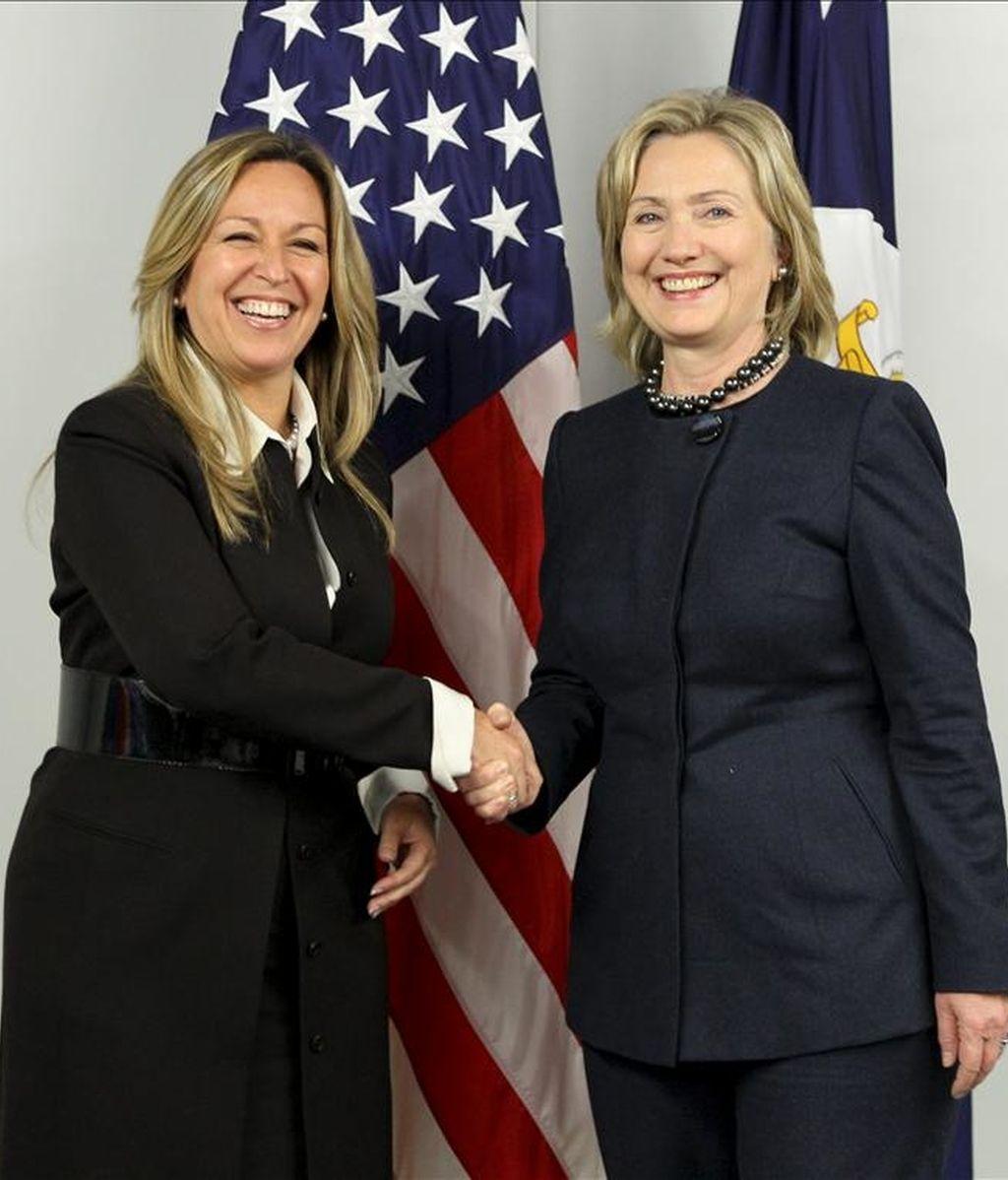 La ministra espalola de Asuntos Exteriores y Cooperación, Trinidad Jiménez (i), junto a la secretaria de Estado de EEUU, Hillary Clinton. EFE/Archivo