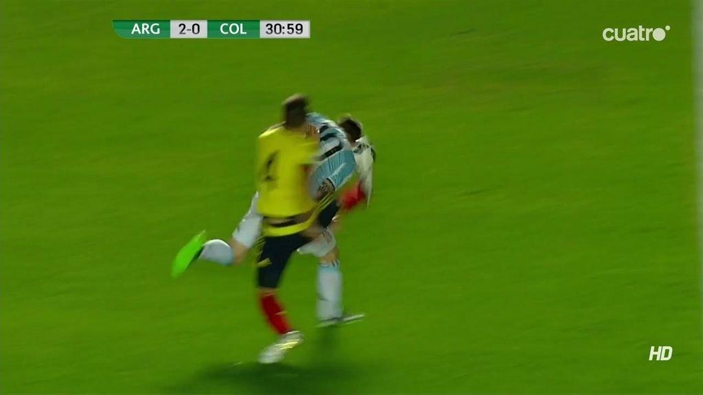 Messi hace un sombrero Arias que responde con una patada en la cabeza al argentino