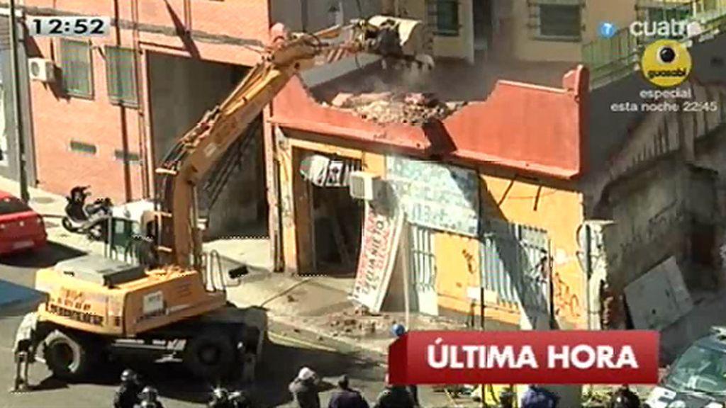 Derriban la vivienda de tres familias tras bajar a activistas de la excavadora