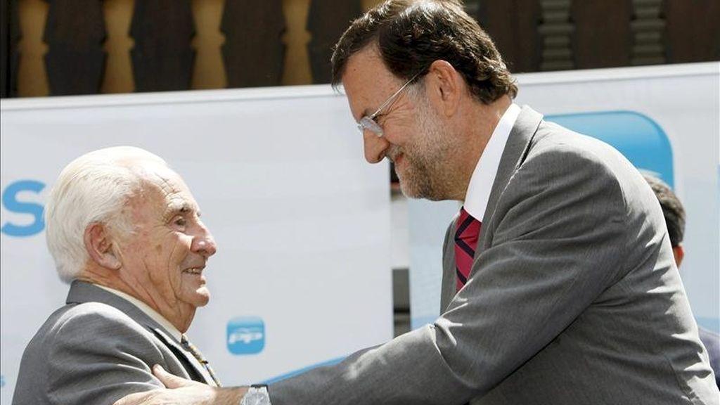 El líder del PP, Mariano Rajoy (d), saluda al alcalde de la localidad abulense de Cuevas del Valle, Licinio Prieto, durante un homenaje que el Partido Popular ofreció en 2009 al veterano edil. EFE/Archivo