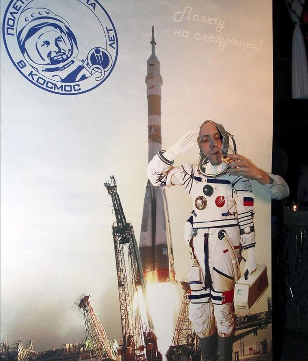 Un hombre participa en un fotomontaje en el club nocturno Gaudi Arena de Moscú en la noche del 11 de abril de 2011 durante las celebraciones por el 50 aniversario del primer vuelo de un hombre al espacio. EFE