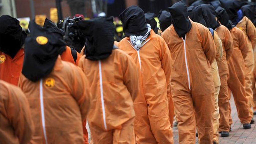 Unos activistas vestidos como presos de Guantánamo, marchan hacia la Casa Blanca en Washington.