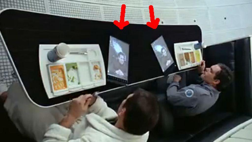 El fotograma de la película de ciencia ficción que utilizó Samsung para rebatir la acusación de Apple sobre el diseño de su tableta. Un tablet o un dispositivo similar aparece en la cinta de 1968. (ver flechas)