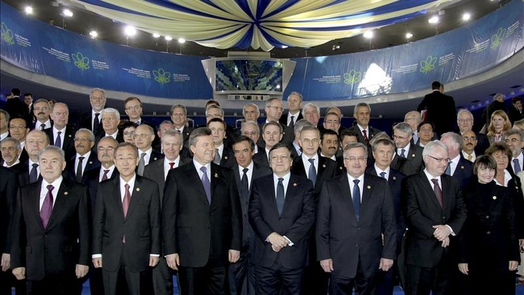 """De izquierda a derecha, el presidente de Kazajstán, Nursultan Nazarbayev, el secretario general de la ONU, Ban Ki-Moon, el presidente ucraniano, Viktor Yanukovych, el presidente de la Comisión Europea, José Manuel Durao Barroso, los presidentes polaco Bronislaw Komorowski, croata Ivo Josipovic y suiza Micheline Calmy-Rey posan para una fotografía grupal, tras la conferencia internacional """"Chernobil, 25 años después: seguridad para el futuro"""", celebrada en Kiev, Ucrania. EFE"""