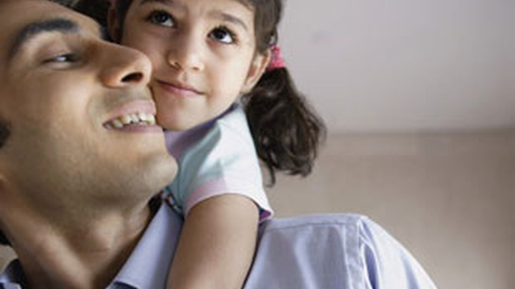 Un padre juega con su hija. Foto: REUTERS