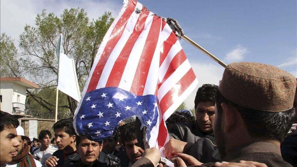 Ciudadanos afganos queman ayer una bandera de EEUU durante una protesta en contra de la quema del Corán en Kabul (Afganistán). EFE