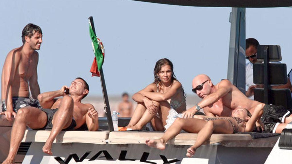 Los diseñadores Dolce& Gabbana disfrutan del mar con unos amigos