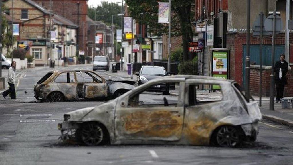 Coches quemados en una calle de Liverpool