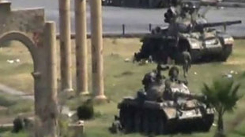 Tanques del Ejército sirio en el centro de la ciudad de Hama. Foto: Reuters.