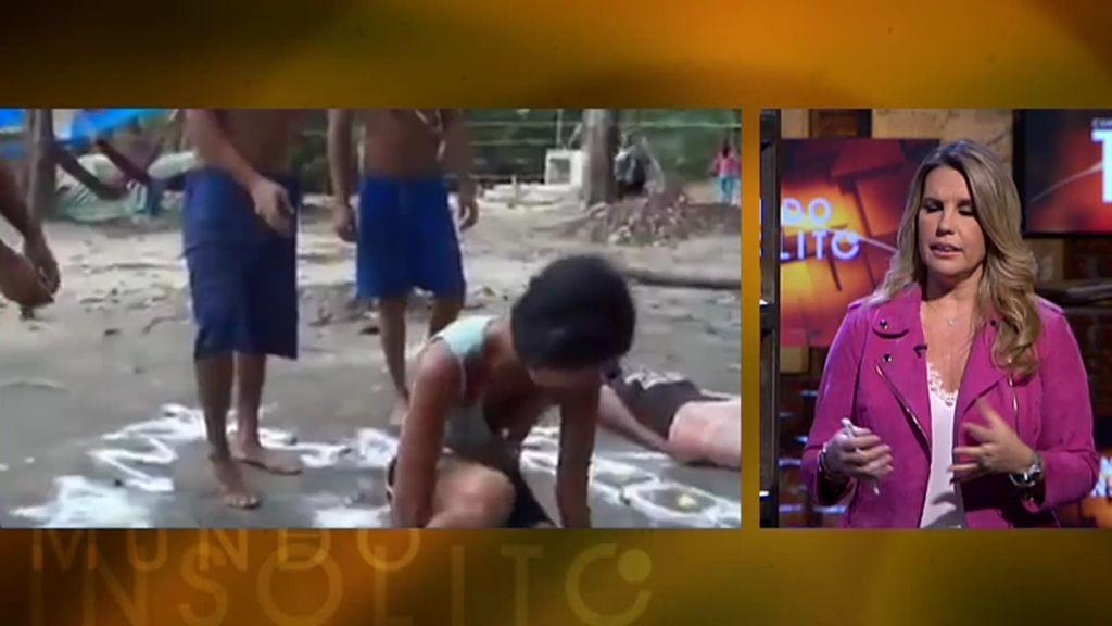 Mundo Insólito: Una joven es sometida a un duro exorcismo en una playa