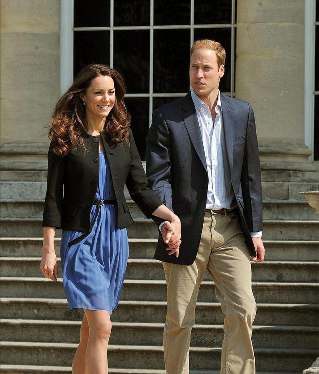El príncipe Guillermo y Catalina, los nuevos duques de Cambridge, caminan agarrados de la mano el recinto del palacio de Buckingham, en Londres (Reino Unido), el pasado 30 de abril, un día después de su boda. EFE/Archivo